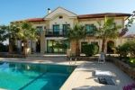 Substantial five bedroom villa of 425 m² 300 meters from the